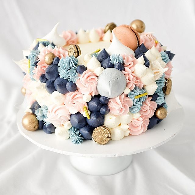 This style is currently hot on the request line! A collection of buttercream & meringue kisses, macarons, chocolates & cookies. What colour combo would you like to see next?