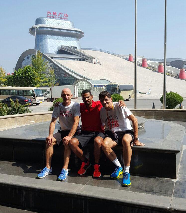 Tadesse mit Luigi Nonella (Nationaltrainer Marathon)und Peter Haas (Chef Leistungssport) von Swiss Athletics