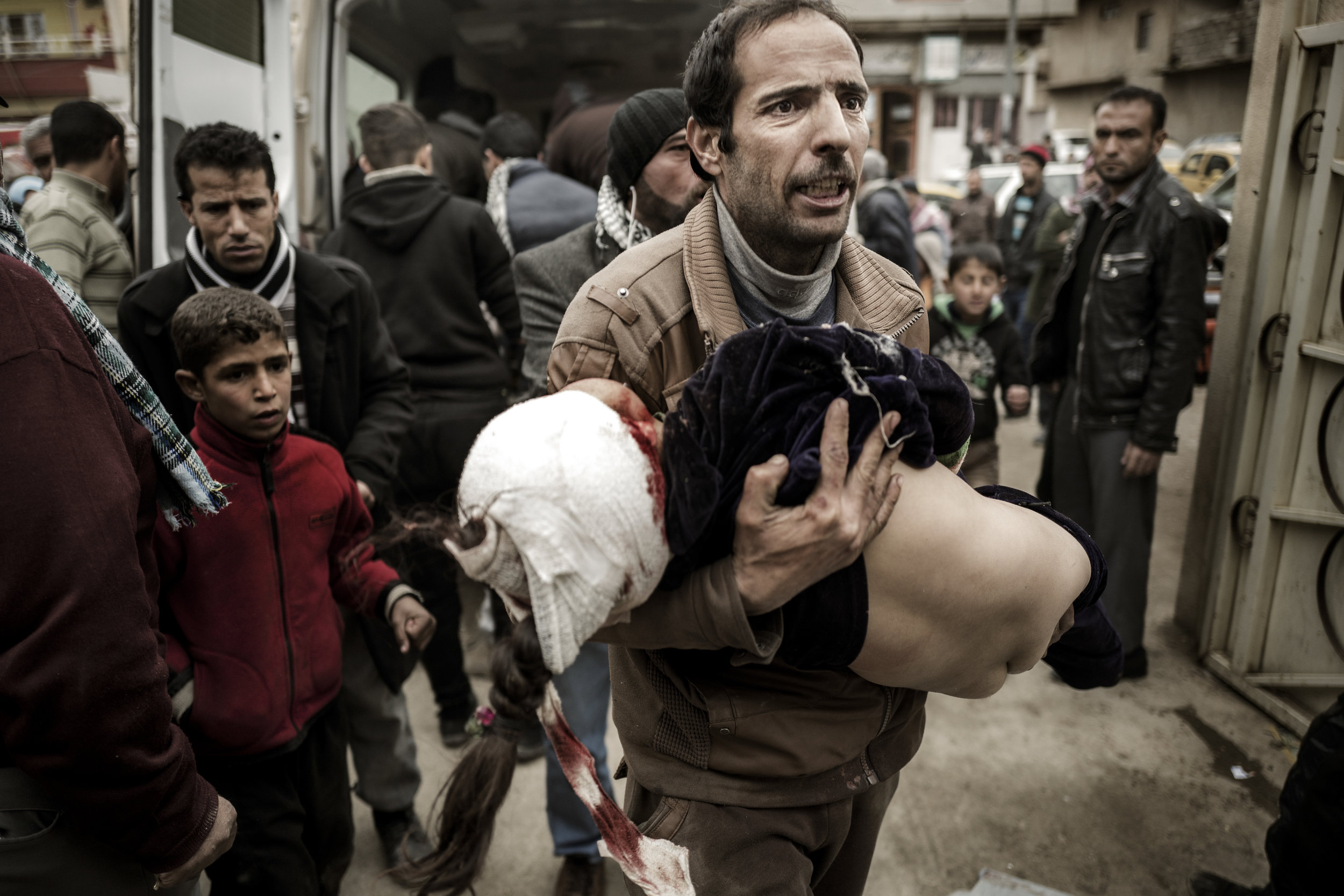 Mohammad jumps out of one of the two ambulances filled with wounded children, that has just pulled up in front of the field hospital. He's carrying his daughter Ghufran in his arms. Half an hour earlier the ten year old girl was playing with her siblings and friends in the family's home in the northern part of Mosul, when a mortar struck the building. Ghufran's heart stops several times, while the doctors work on her, but they manage to resurrect the little girl. They get her patched up and load her on an ambulance, that drives towards a real hospital outside Mosul. But Ghufran dies before they get there.