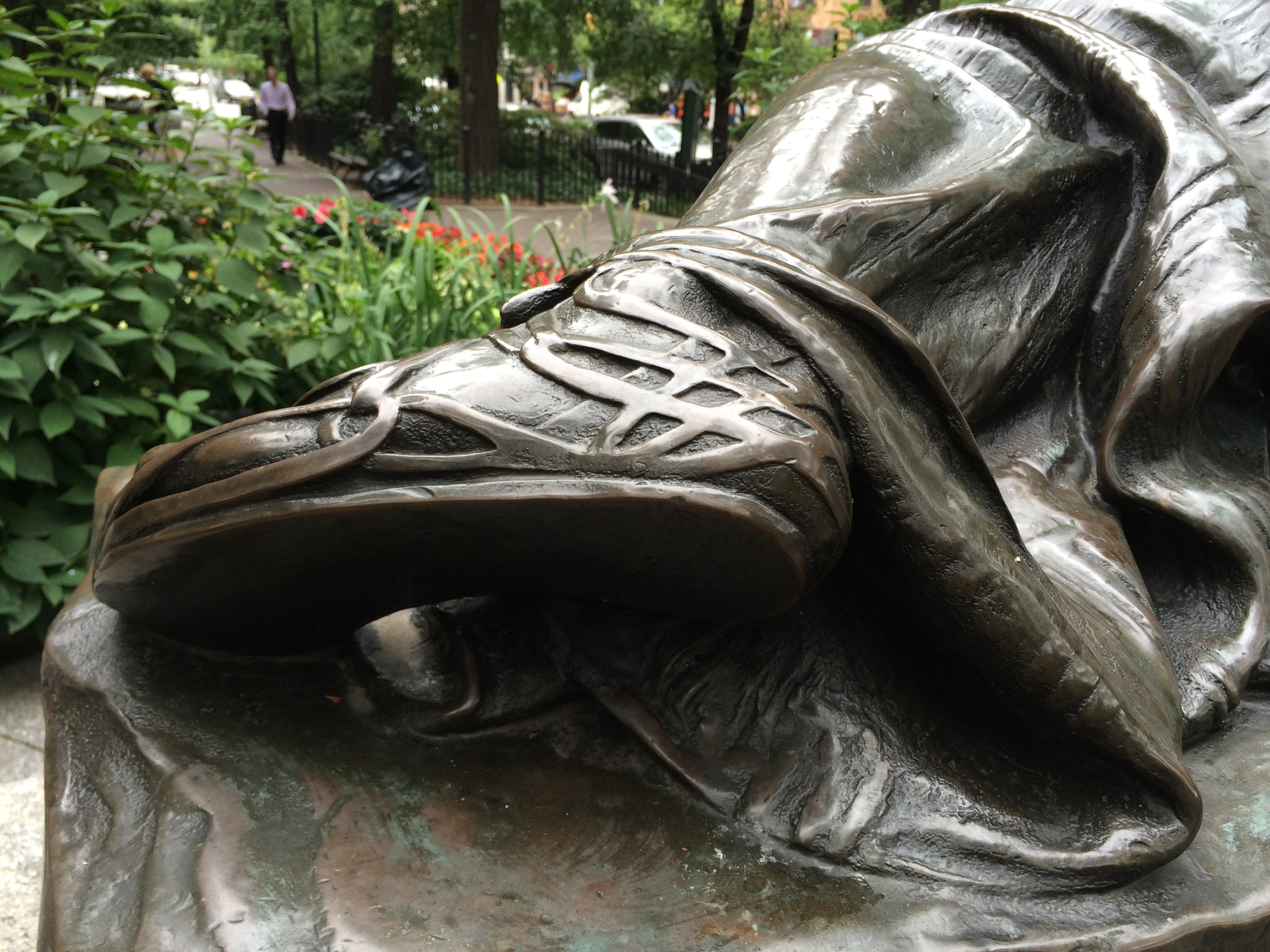 Disco-106-detail-statue-foot-B.JPG