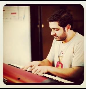 ROGÉT CHAHAYED- PIANISTA COMPOSITOR PRODUCTOR - Rogét Chahayed toca el piano desde los 7 años de edad. Ha hecho interpretaciones en Nueva York, San Francisco, China, México y Los Angeles.Recientemente terminó sus estudios en el Conservatorio de Música de San Francisco (San Francisco Conservatory of Music) Graduado con licenciatura en interpretación de piano con el renombrado profesor Yoshikazu Nagai. Rogét ha ganado varios premios, incluyendo la beca de música del Conservatorio de San Francisco. Ademas de sus estudios de música clásica, también realizó estudios de Jazz en piano y composición con pianistas basados en Los Angeles como Adam Benjamin y Gary Fukushima. después de su graduación en mayo del 2010, regresó a Los Angeles a explorar diferentes tipos de música como Hip-Hop, Indie, Rock y teatro musical y ha tenido experiencia como líder de banda e intérprete. Ha trabajado con varios artistas y productores aclamados como Dr. Dre, Juan Gabriel, Sky Zoo, Ron Aniello, Mocky, Jeffrey Steele, Mat Corby, Rita Wilson, Shafiq Husayn, Sa-Ra, Kurupt and Wanting Qu.