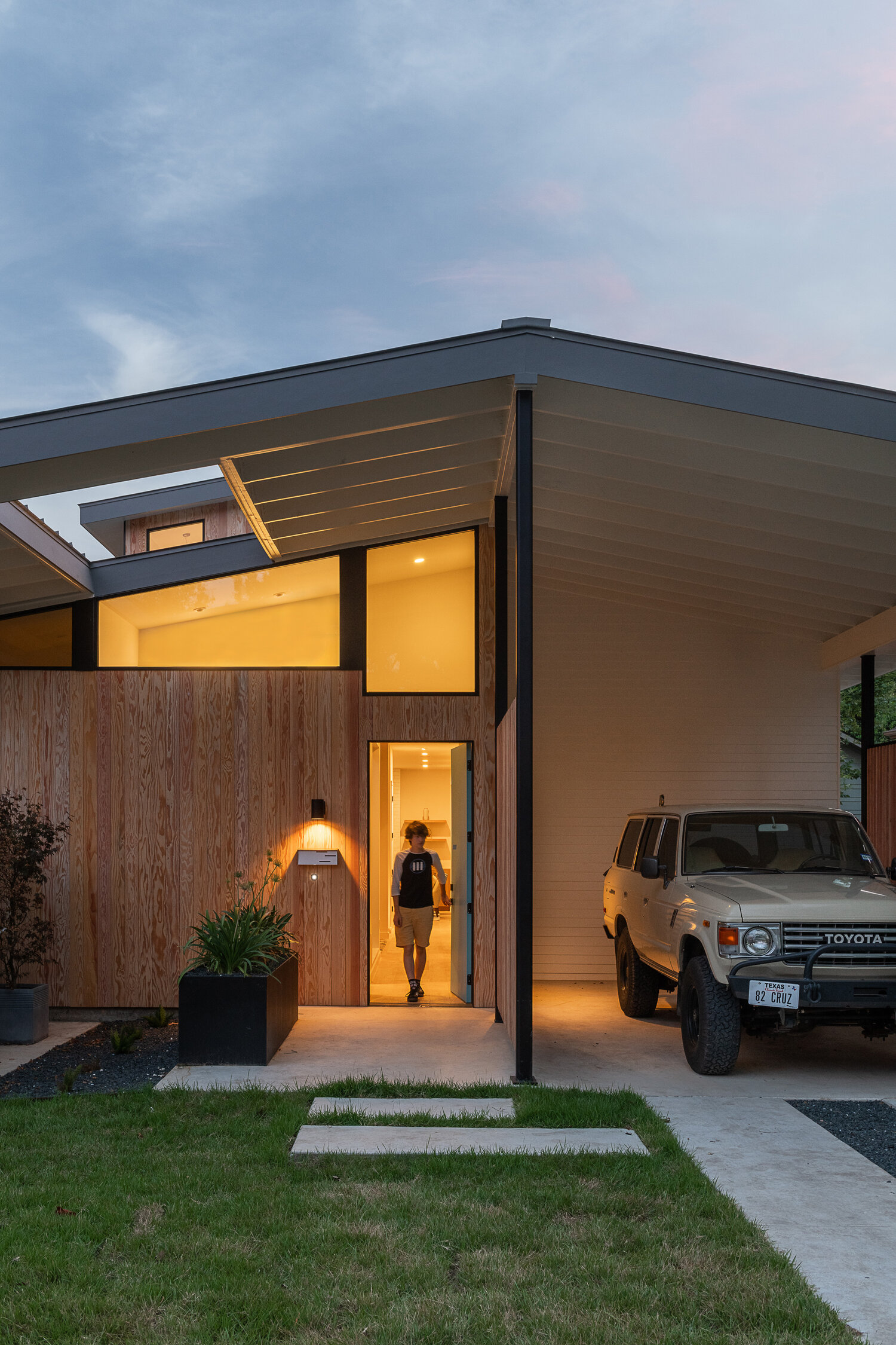 Split House by Matt Fajkus Architecture. Photo 21 by Casey Woods.jpg