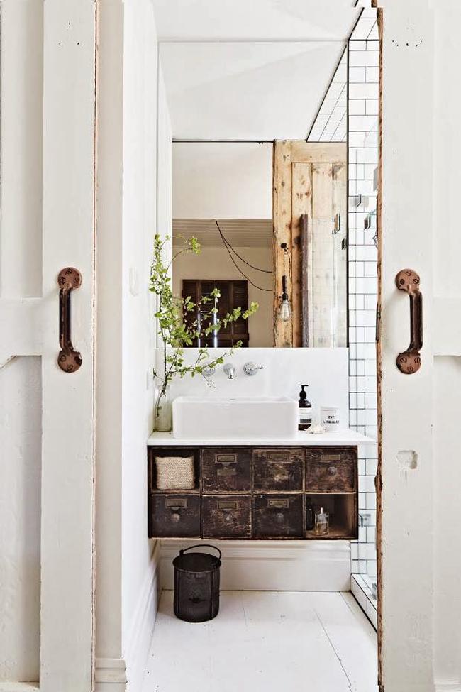 salle de bain industriel Céramique grise avec tuyau cuivre