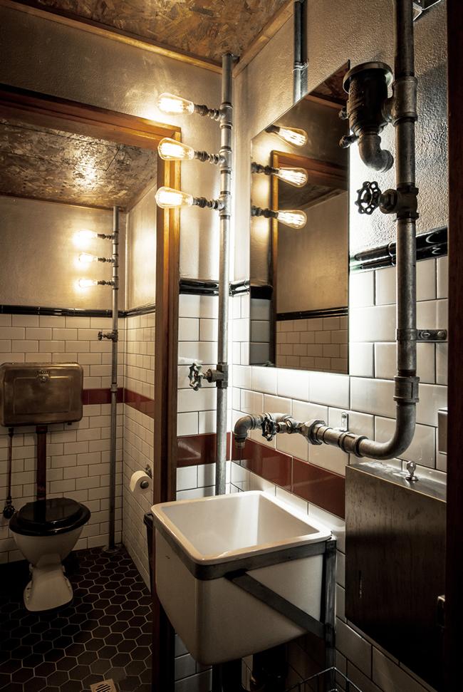Céramique style metro blanche et hexagonale noire dans Salle de bain industriel tuyau métal
