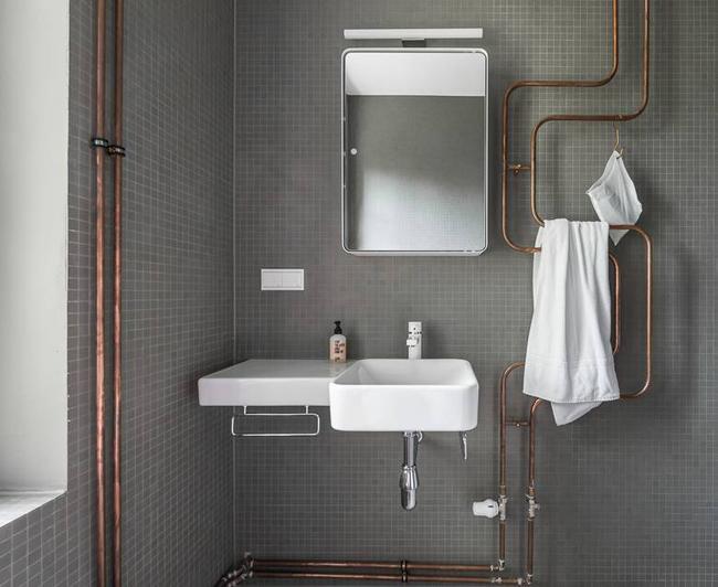 Céramique grise avec tuyau cuivre salle de bain