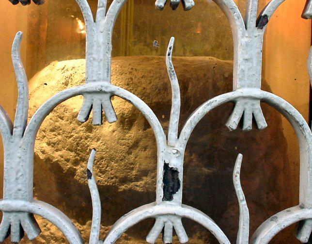 Wikiepdia,London Stone, photo taken by  Lonpicman  , 13 January 2004.