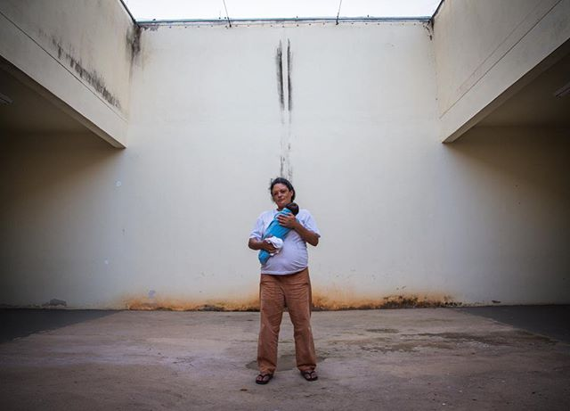 Josiane is one of the few inmates in a special cell in maximum security prison in São Paulo where she can stay with her newborn baby for 6 months. #oktopusfilmes #womeninprison #storytelling #documentary #documentaryphotography