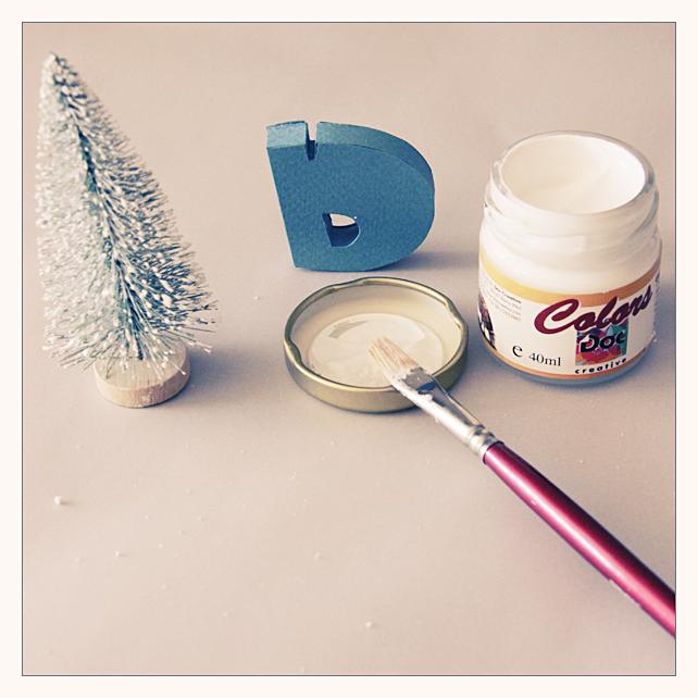 3. Затем белой акриловой краской слегка прокрашиваем ёлочку, чтобы получить эффект снега.