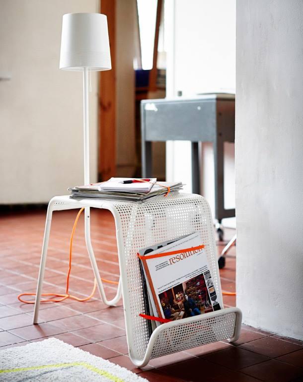 Отличное решение для ограниченного пространства! Этот столик соединяет в себе три в одном: ночник, тумбочку и место для хранения журналов!