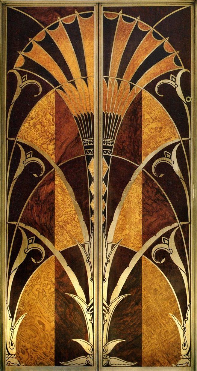 Дверь лифта в Chrysler Building в Нью-Йорке