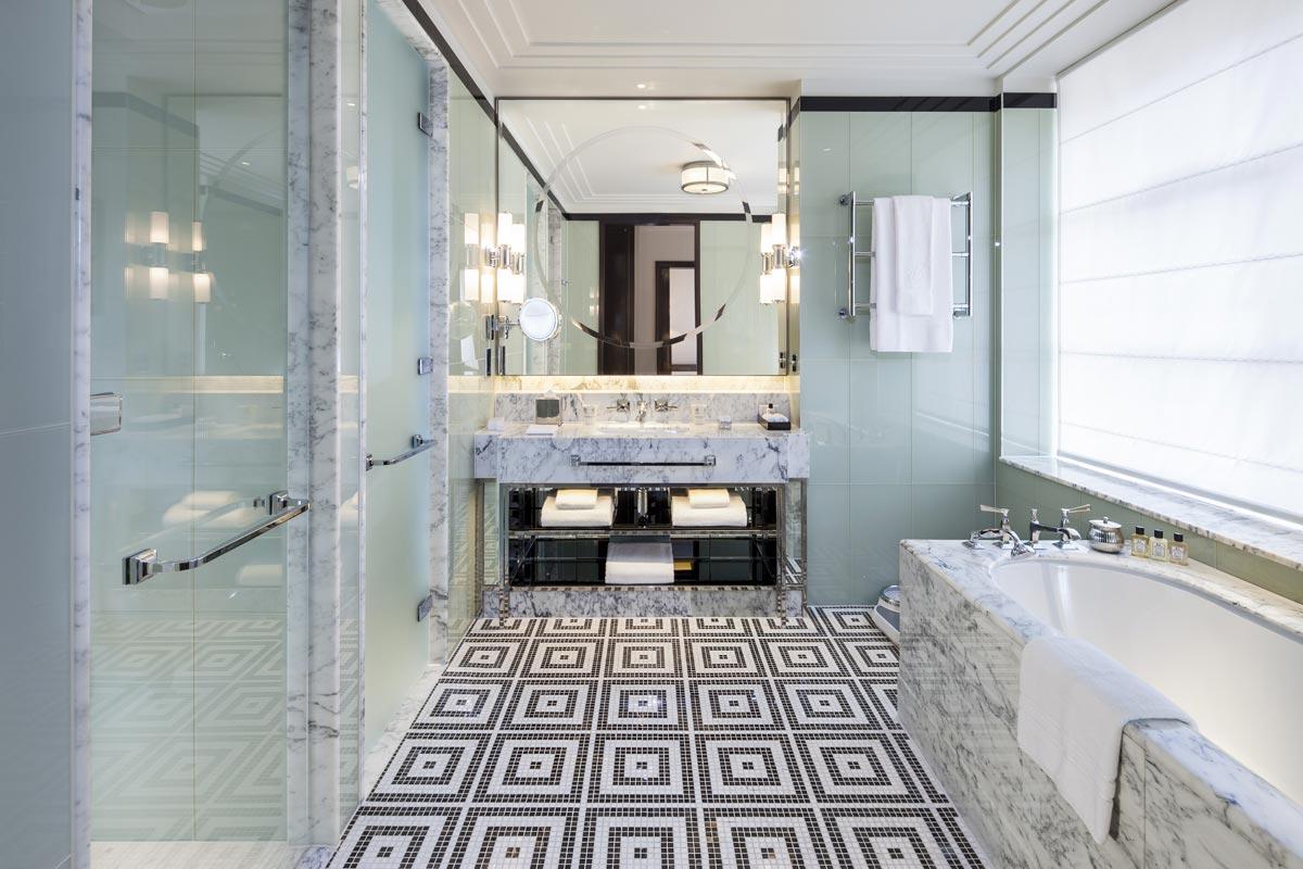 Ванная комната в номере отеля The Beaumont в Лондоне