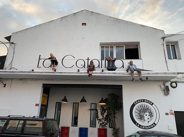 🇪🇸 G R A C I A S  de parte de todo el equipo de La Catarina por estos 5 años, anoche fue el broche final perfecto. Gracias a todos los músicos, DJs, camareros, tecnicos, staff, promotores y sobre todo público que ha confiado en La Catarina y le ha dado tanta vida a este proyecto.  Esta mañana cerramos las puertas de nuestra sala por última vez orgullosos de haber dado una alternativa de ocio y entretenimiento en nuestra zona, con la confianza de que ha inspirado a mucha gente y apoyado a la cultura local.  Os recordamos que La Catarina como marca de cerveza seguirá funcionando igual que siempre, trabajando con los mismos bares y  puntos de venta: Carrefour, Alcampo, Vinacoteca Castillejos y en nuestro nuevo restaurante @catskitchenestepona  Una vez más gracias 💗 Long Live La Catarina 🍻 —————— 🇬🇧 T H A N K  Y O U  on behalf of the entire La Catarina team for the past 5 years, last night was the perfect closing we could have asked for. We want to thank all the musicians, DJs, barmen, technicians, staff, promoters and especially audience that trusted in La Catarina and have kept this project alive.  This morning we closed the doors of our venue for the last time feeling proud of having given our city an alternative option for their entertainment, knowing wholeheartedly that La Catarina has inspired many and supported local culture.  We remind you that La Catarina as craft beer brand will keep operating as usual, working with the same bars & restaurants and points of sale: Carrefour, Alcampo, Vinacoteca Castillejos and our new restaurant @catskitchenestepona  Once again thank you 💗 Long Live La Catarina 🍻