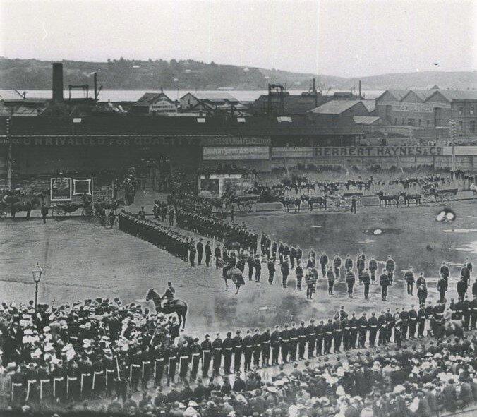 Awaiting Troopers returning to Dunedin from the Second Boer War, July/August 1902.  Hocken Library Dunedin