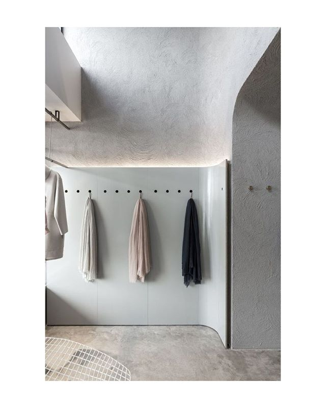 Seamless minimalism at Jac & Jak in Claremont WA Australia. Designed by architect George Livissianis.  #architecture #interiors #store #details #photography #materials #plaster #curves #australia #minimalist #modern #pure #fellsandes