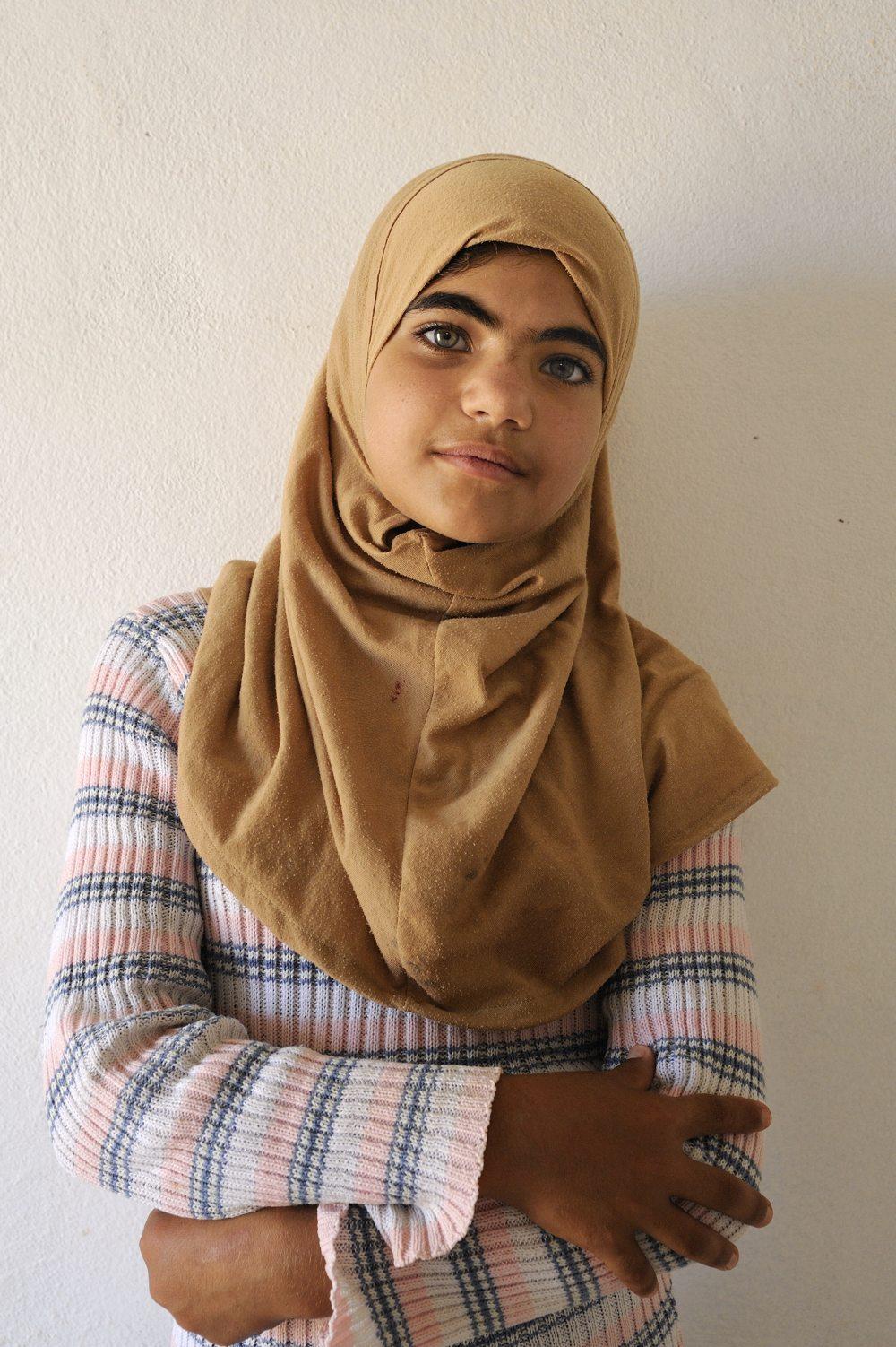 COA-by-thijs-4  Ik ontmoette Safa'a (15) in Al Za'atari, het uitgestrekte vluchtelingenkamp in Noord-Jordanië. Ze was verlegen en stil en het gesprek dat schrijfster Rinke Verkerk met haar voerde vlotte niet echt. Totdat Rinke vroeg of Safaa schreef. Ze haalde een stuk papier uit haar zak en droeg een prachtig zelf geschreven gedicht voor, waarin ze haar verlangen om terug te keren naar Syrië beschreef. Het raakte mij diep; haar verhaal staat in het boek 'Anything out of nothing' en een deel van haar gedicht prijkt - in het Arabisch - op de cover van het boek.