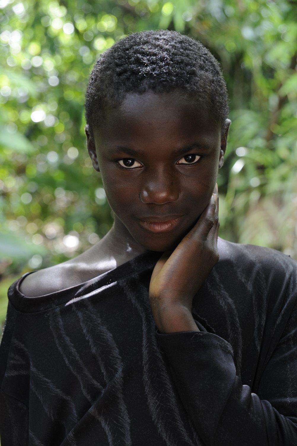 COA-by-Thijs-8  Diep in het Surinaamse oerwoud, niet ver van Awarradam, stuitte ik op een vader en zoon die een houten kano uit een boomstam aan het hakken waren. Het was een korte en vluchtige ontmoeting, en ergens tijdens ons gesprek maakte ik deze foto. Pas een paar jaar later vond ik hem terug op de harde schijf en werd ik gegrepen door de intensiteit van het portret. Het is nu één van mijn favoriete foto's.