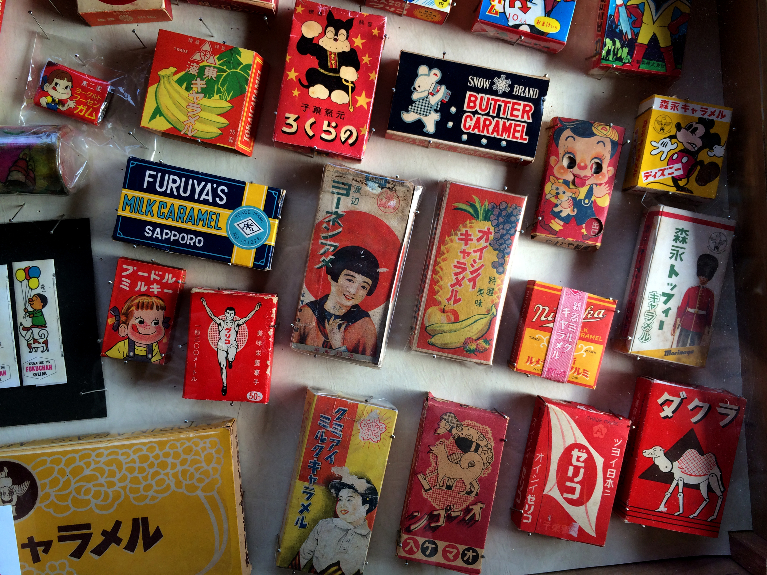 We went to Showa Museum in Otaku. Iconic Showa era candy packages are show cased in the drawer of classic writing desk. Some packages are still around..!