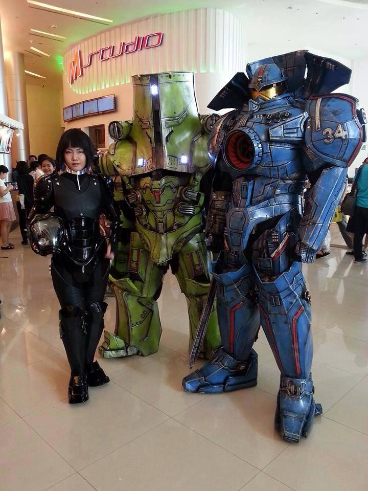 crazy-cool-pacific-rim-jaeger-cosplay