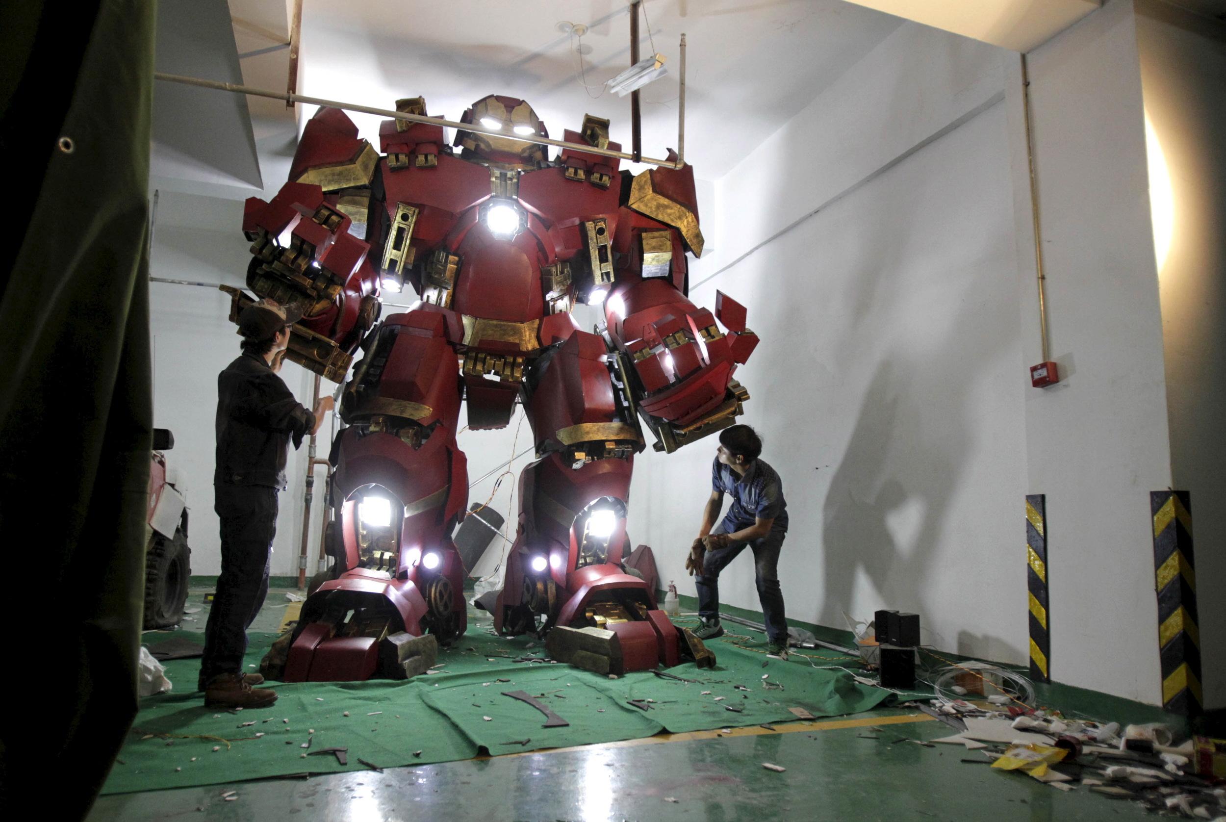 fan-builds-radical-life-size-hulkbuster-armor6