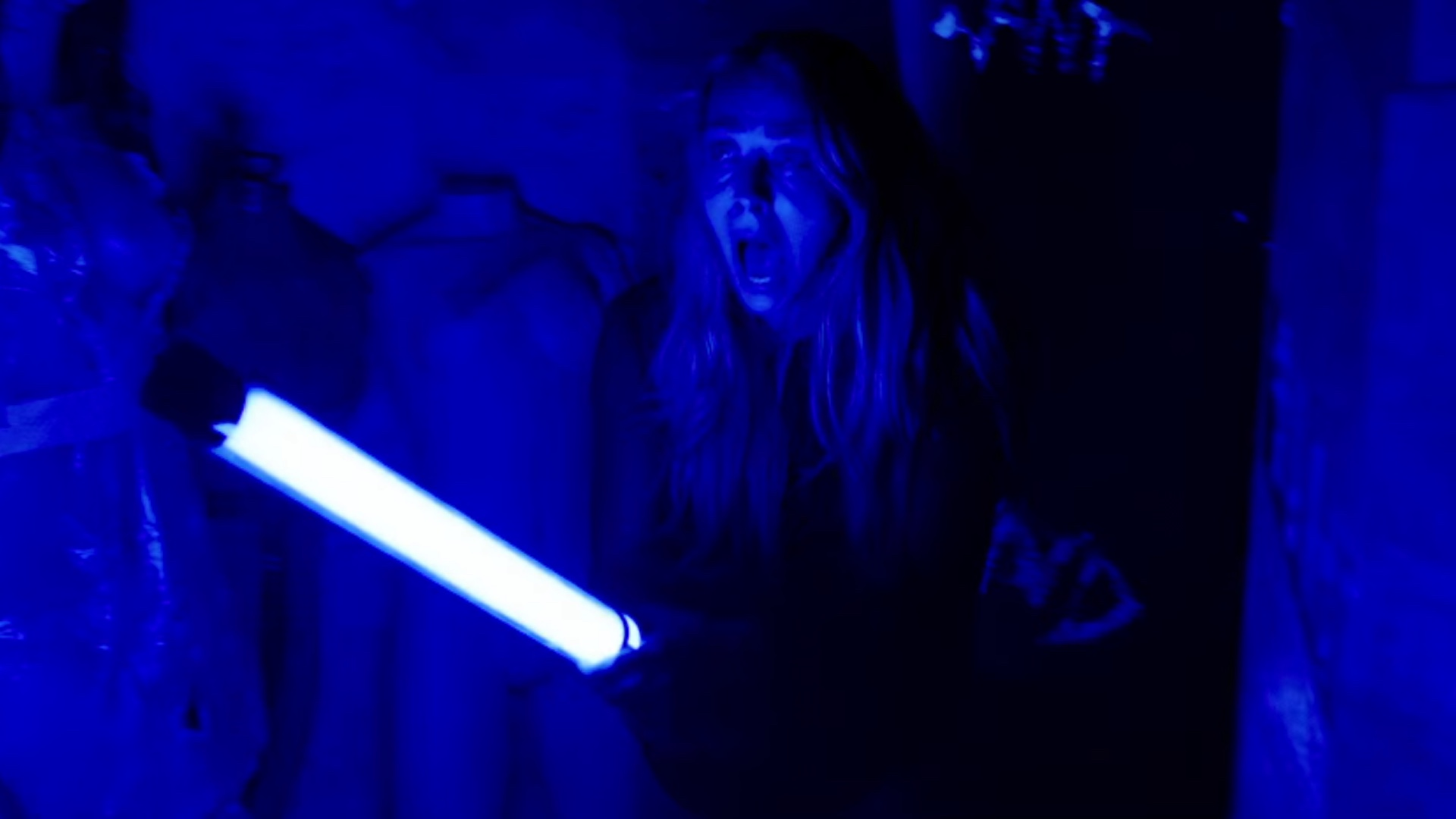 creepy-trailer-for-the-james-wan-produced-horror-thriller-lights-out