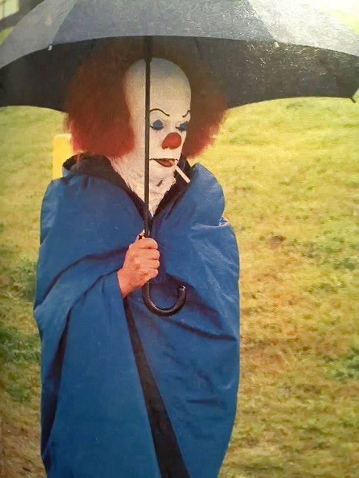 behind-the-scenes-photo-of-tim-curry-as-pennywise-the-clown-in-stephen-kings-it1