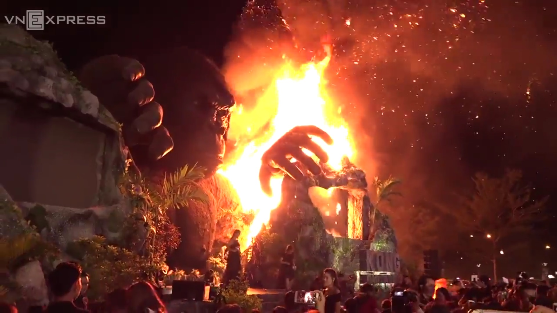 Giant King Kong Catches Fire At Saigon Premiere Of Kong Skull