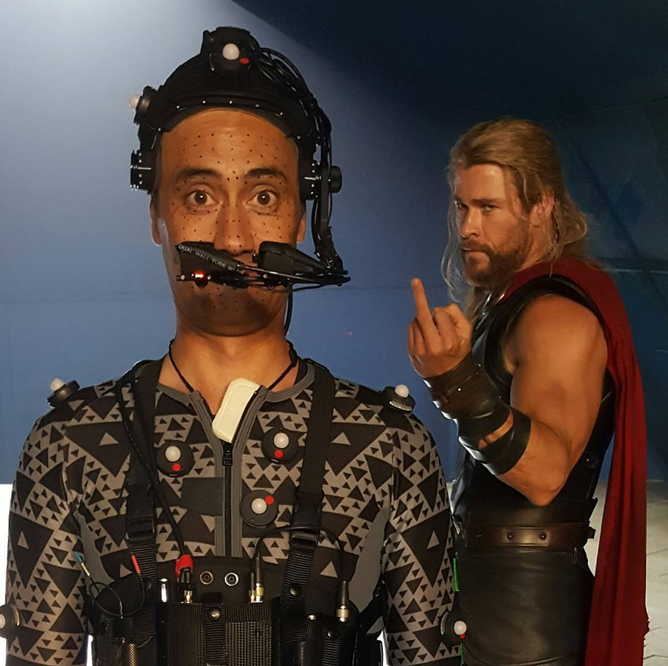 thor-flips-off-director-taika-waititi-in-funny-thor-ragnarok-set-photo11