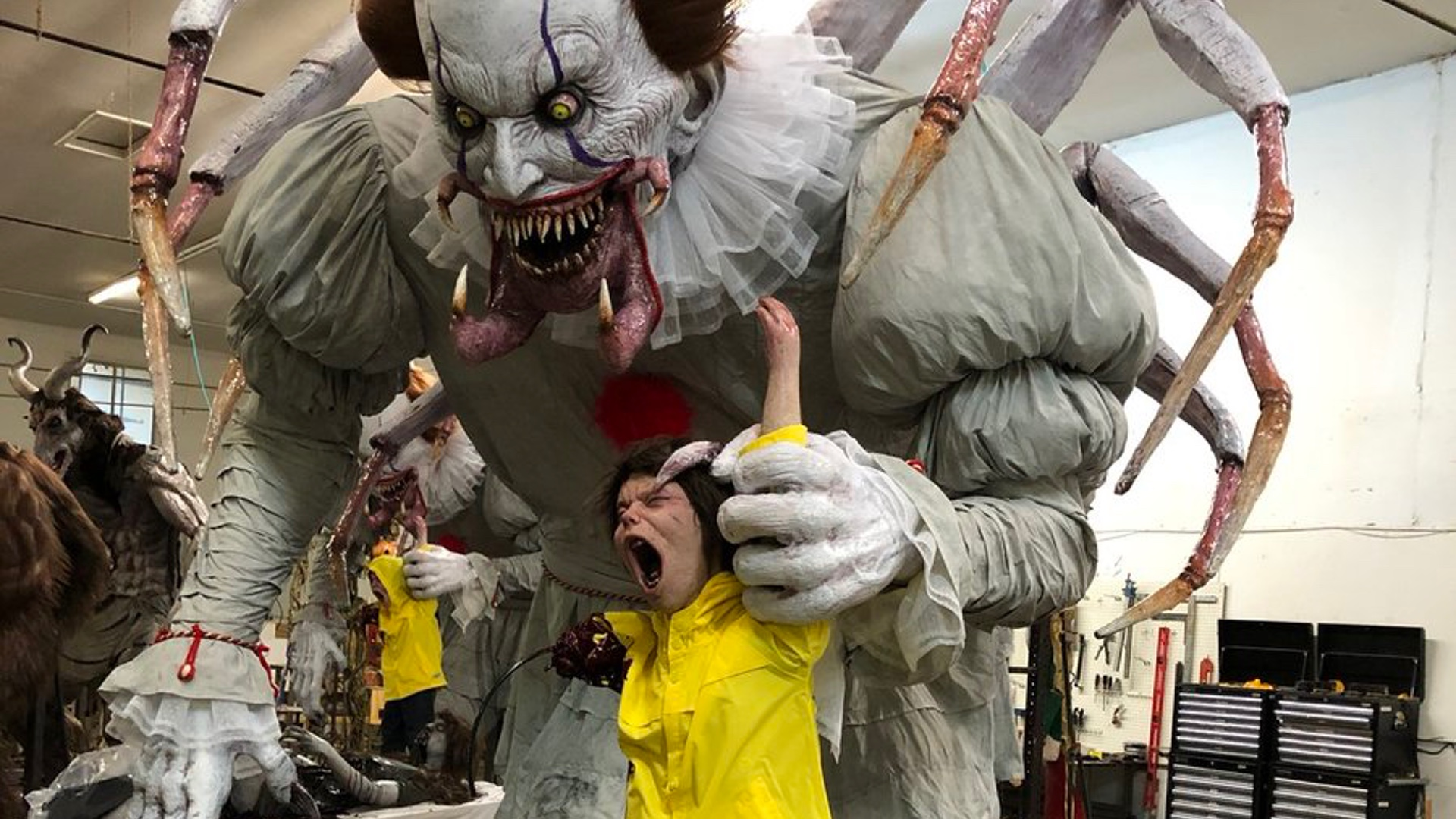 this-pennywise-the-clown-halloween-animatronic-prop-is-what-terrifying-nightmares-are-made-of-social.jpg
