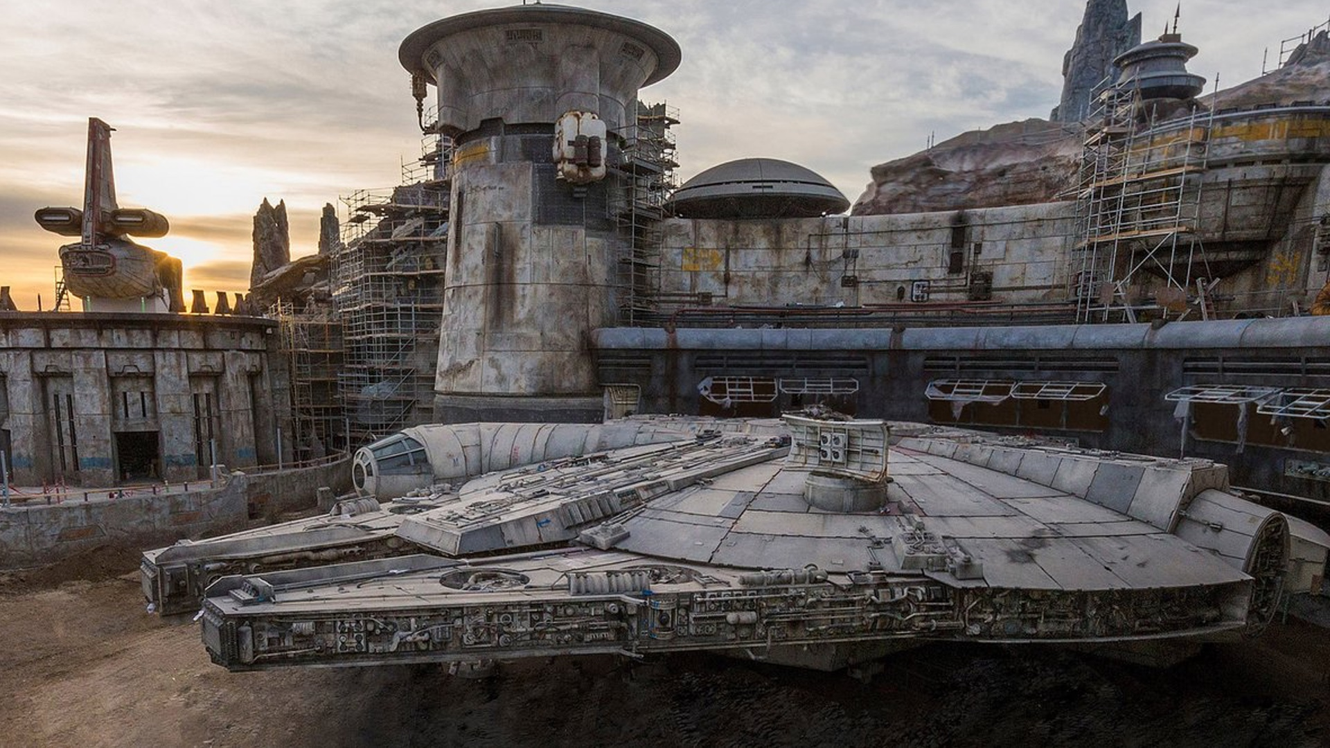 Disney Shares Official Photo Of The Millennium Falcon At Star Wars Galaxy S Edge Geektyrant