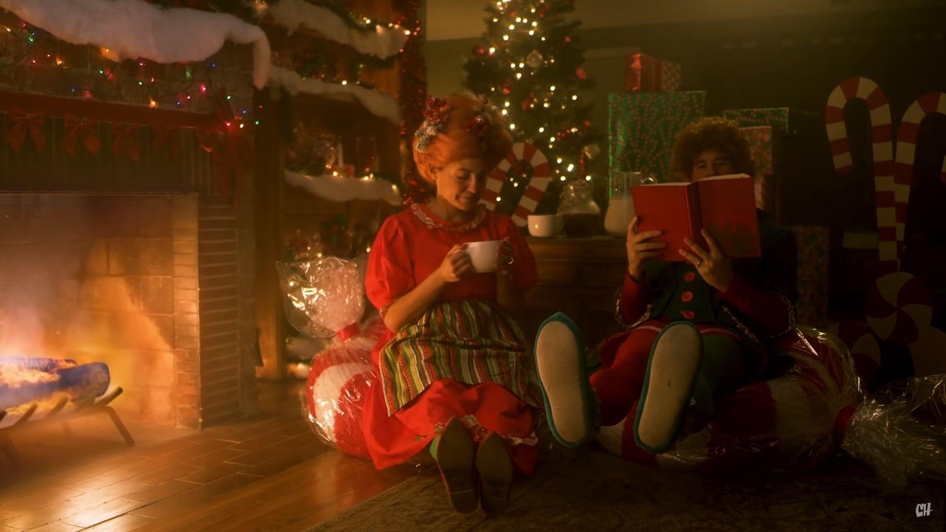 Christmas Elves Vs Fantasy Elves Comedy Sketch Illustrates Awkward Holiday Family Conversations Geektyrant