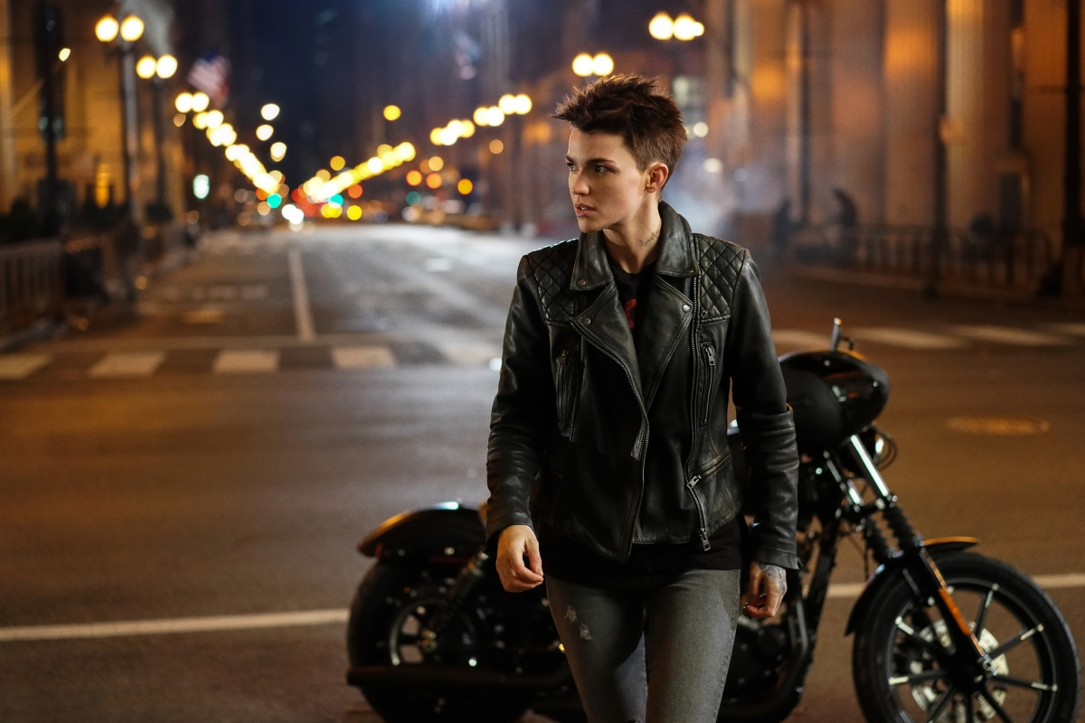 new-batwoman-photo-features-first-look-at-arrowverses-take-on-batmans-suit4