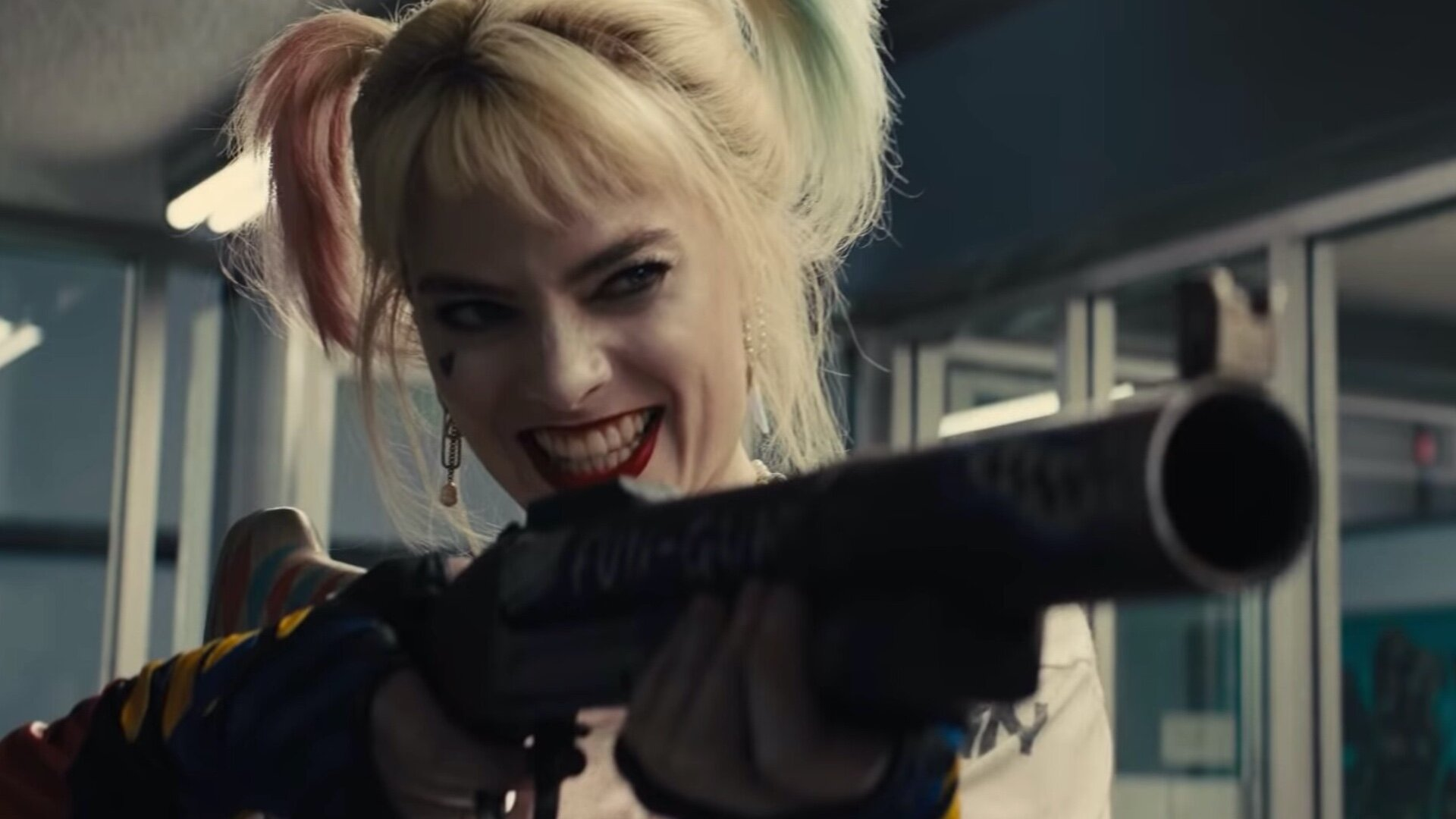 First Look At Margot Robbie As Harley Quinn In James Gunn S The Suicide Squad Geektyrant