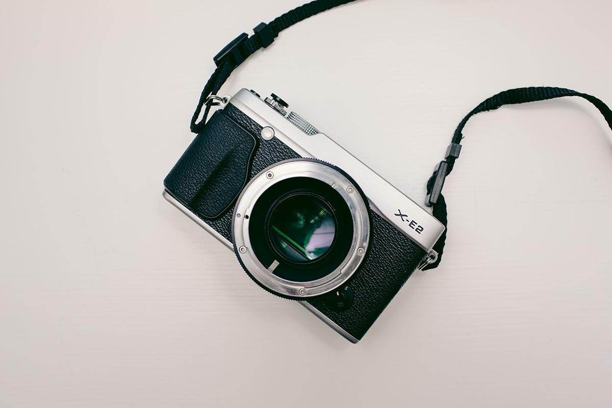 Kuvassa kiinnitettynä Metabones Speedbooster Fujifilm X-E2-runkoon. Sensori on selkeästi suurempi Speedboosterin läpi katsottuna.