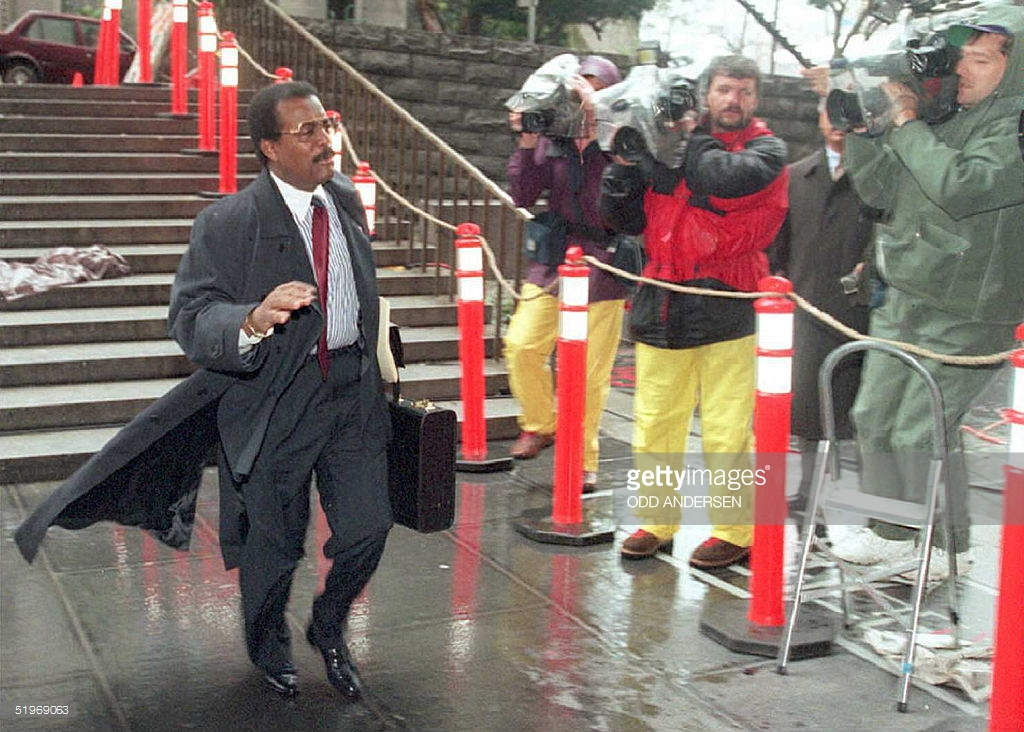 johnnie cochran dashing to the trial of the century
