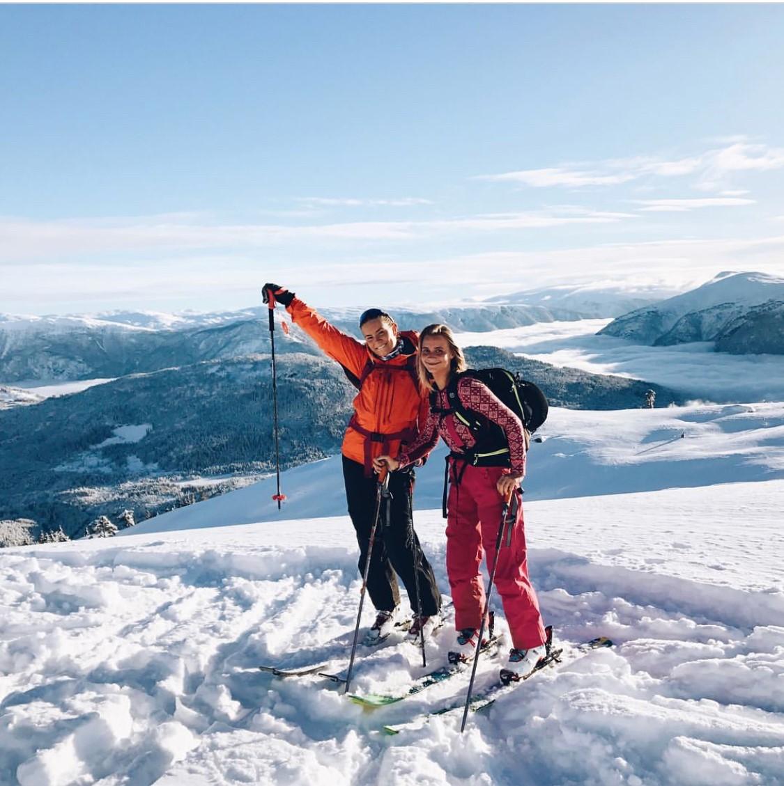 Her har vi Sigrid og My som er elever på linja Ski og klatring på toppen av Heggemyrane/ Sogn skisenter!