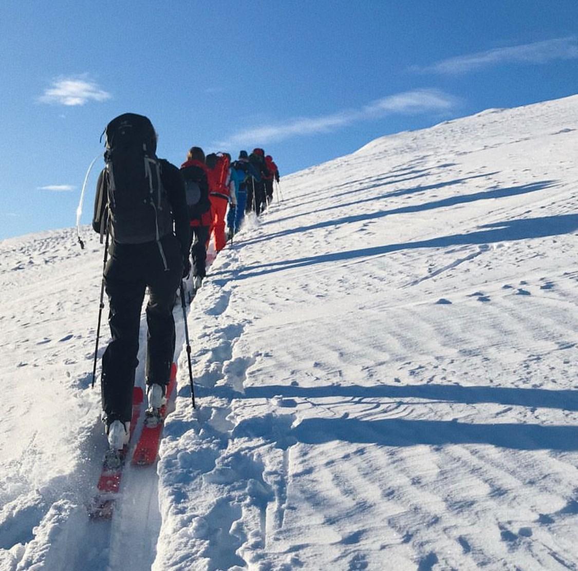 Her har vi en gjeng elever som er på vei opp til fjellet Tyldringen som ligger i Sogndalsdalen.