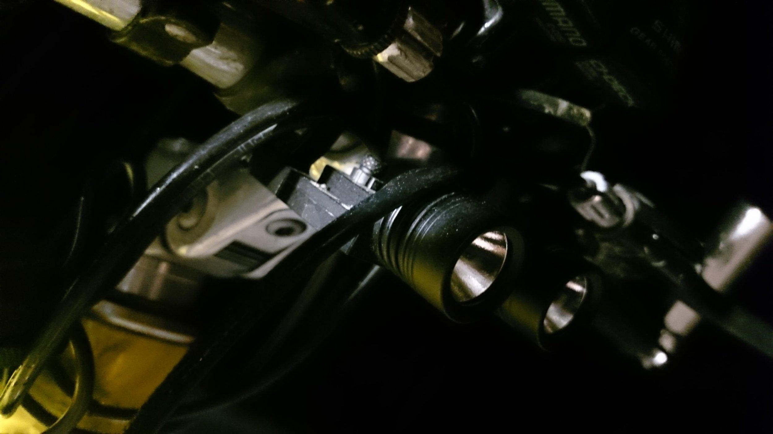 """BL200L on kuvassa """"väärinpäin"""" mutta tasaisen pyöreä heijastin antaa silti samanlaisen valon kuin """"oikeinpäinkin"""""""
