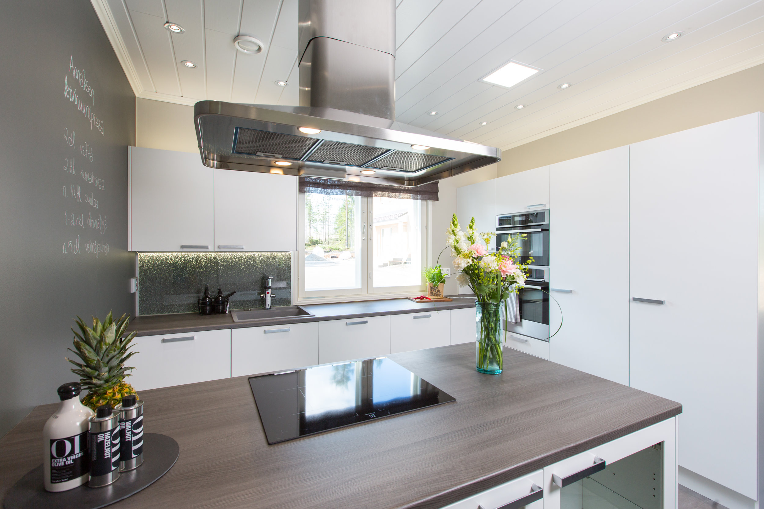 LED spotit katossa on asennettu oikein, jolloin keittiössä työskenneltäessä ei synny ikäviä varjoja eikä valot häikäise. Tärkeää on myös, että valot tuottavat valoa sinne missä sitä tarvitaan.