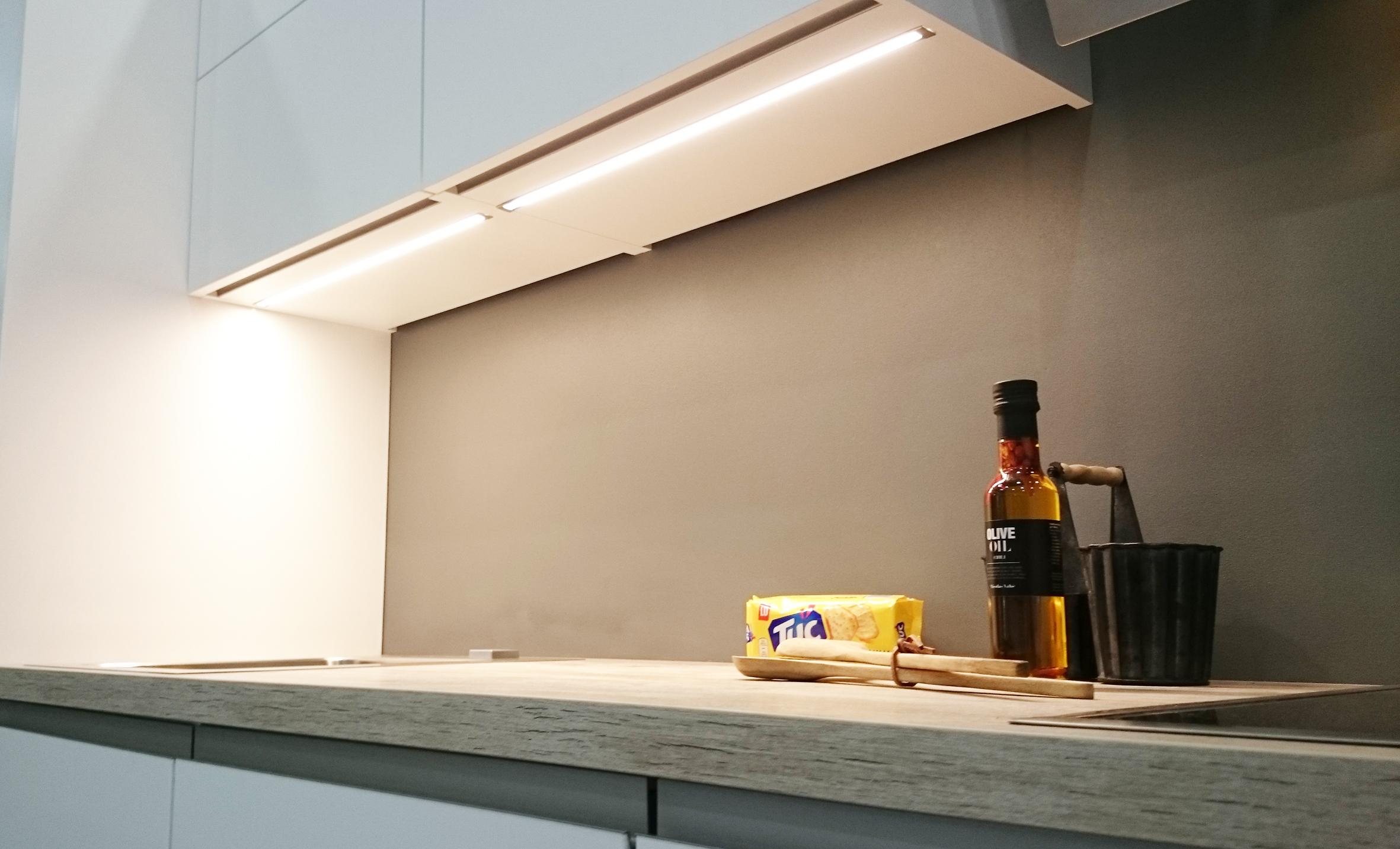 LED nauhaa voidaan käyttää keittiökalusteessa alumiiniprofiiliin upotettuna.