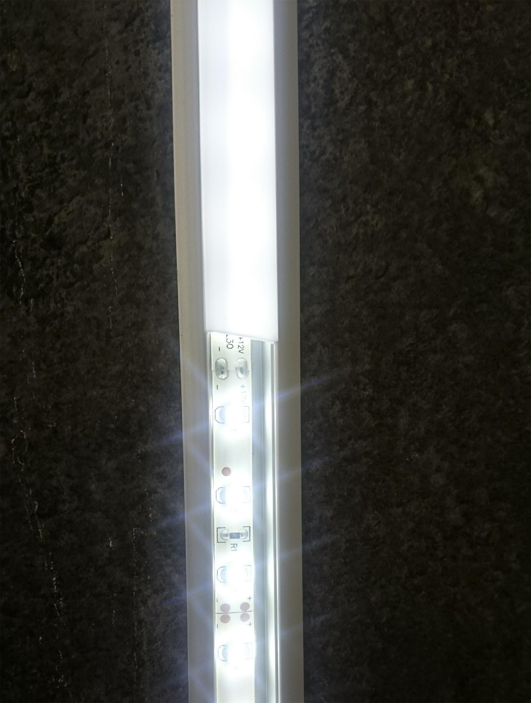 Profiiliin asennettu LED-nauha ja diffuusorin vaikutus valon häikäisyyn.