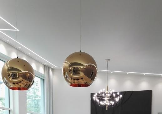 Katossa oleva LED-nauha jäljittelee talon arkkitehtuurisia linjoja.