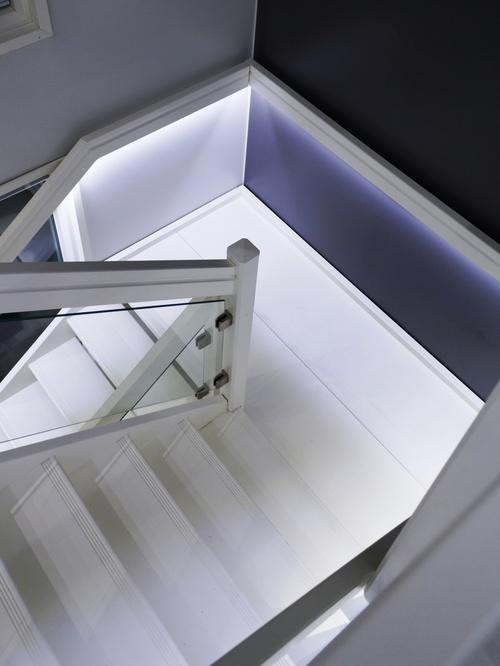 Kuva valaistussuunnittelukohteestamme. Portaikossa käytetty NW (neutral white) valon värilämpötilaa.