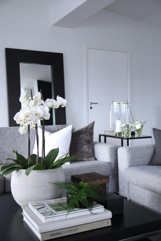 Kaunis, muun sisustuksen värit hienosti toistava asetelma olohuoneessa.KUVA: Pinterest