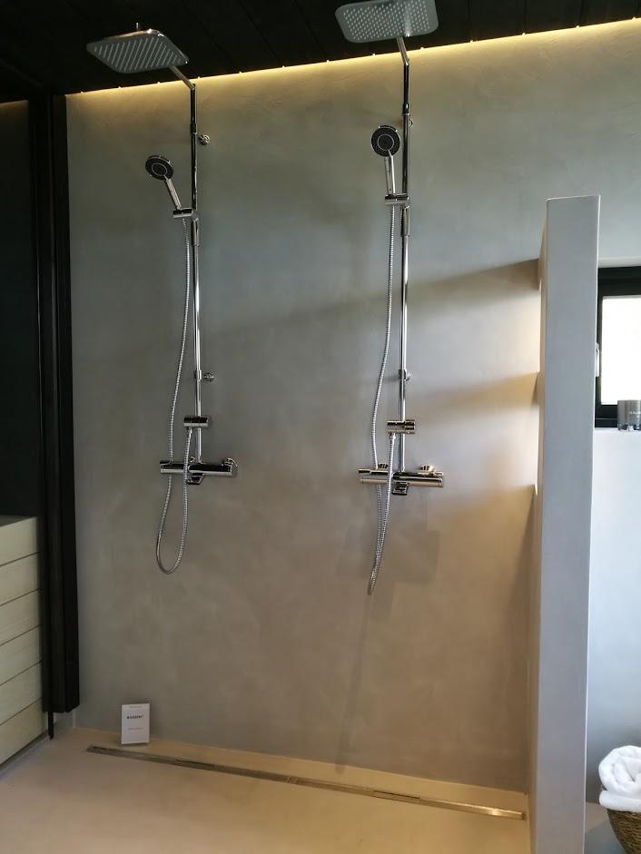 Kylpyhuoneessa kaunista saumatonta mikrosementtipintaa.