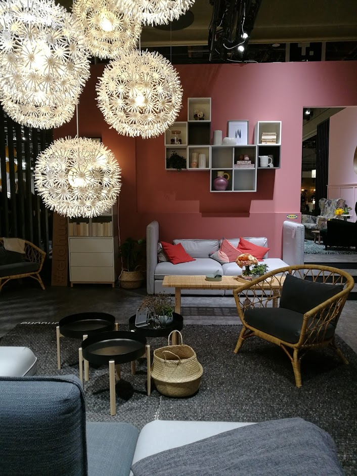 Ikean olohuone on nimitetty nyt elohuoneeksi. Ikean osasto oli lämminhenkinen, runsas ja houkutteleva.