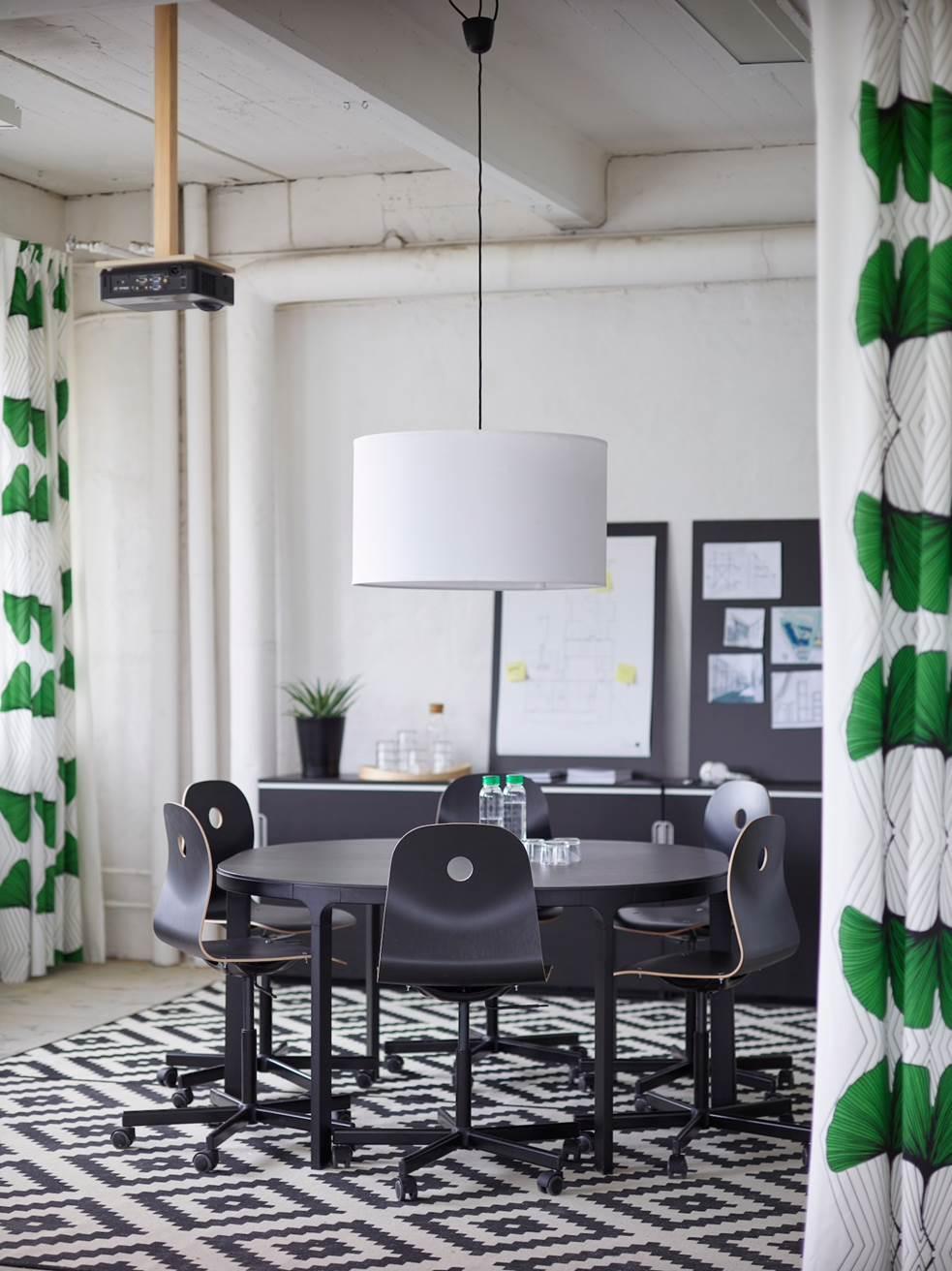 Pirteillä tekstiileillä ja näyttävällä valaisimella luodaan työpaikalle hyvää fiilistä! Kuva: Ikea