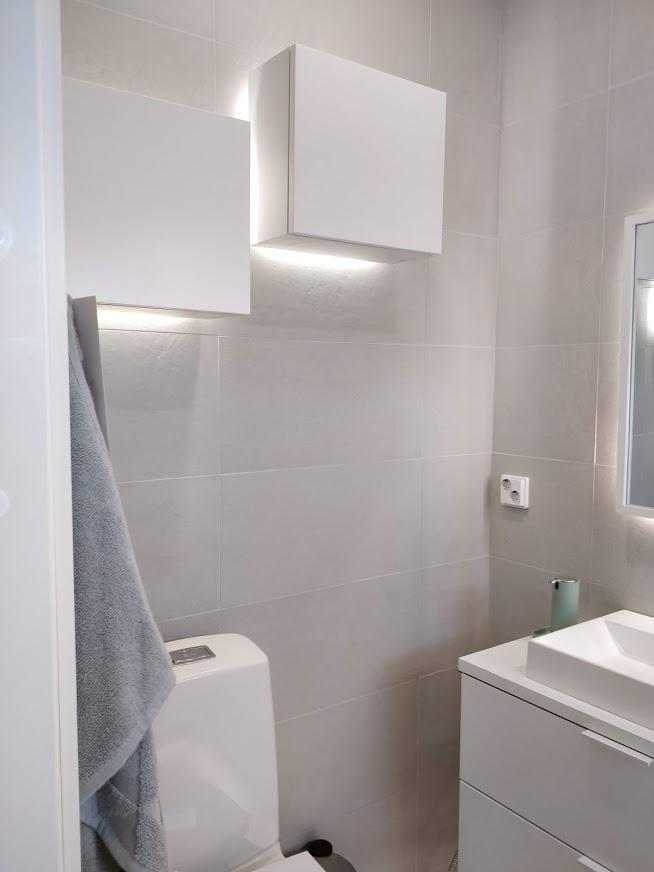 WC:n pienet seinäkaapit valaistu näyttävästi.
