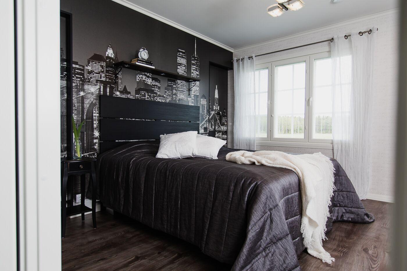 JÄLKEEN: Makuuhuoneen tyyliä yhtenäistetty ja pehmennetty tekstiileillä.