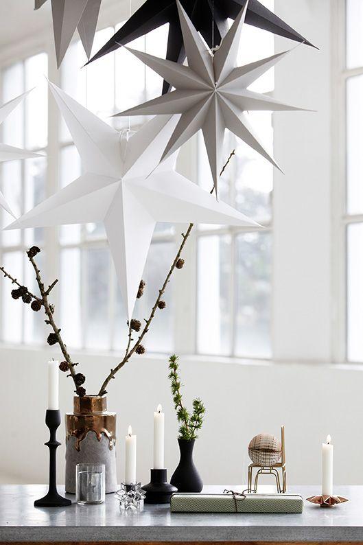 Kauniita joulutähtiä voi ripustaa useamman vierekkäin näyttäväksi kokonaisuudeksi. Kuva: Pinterest