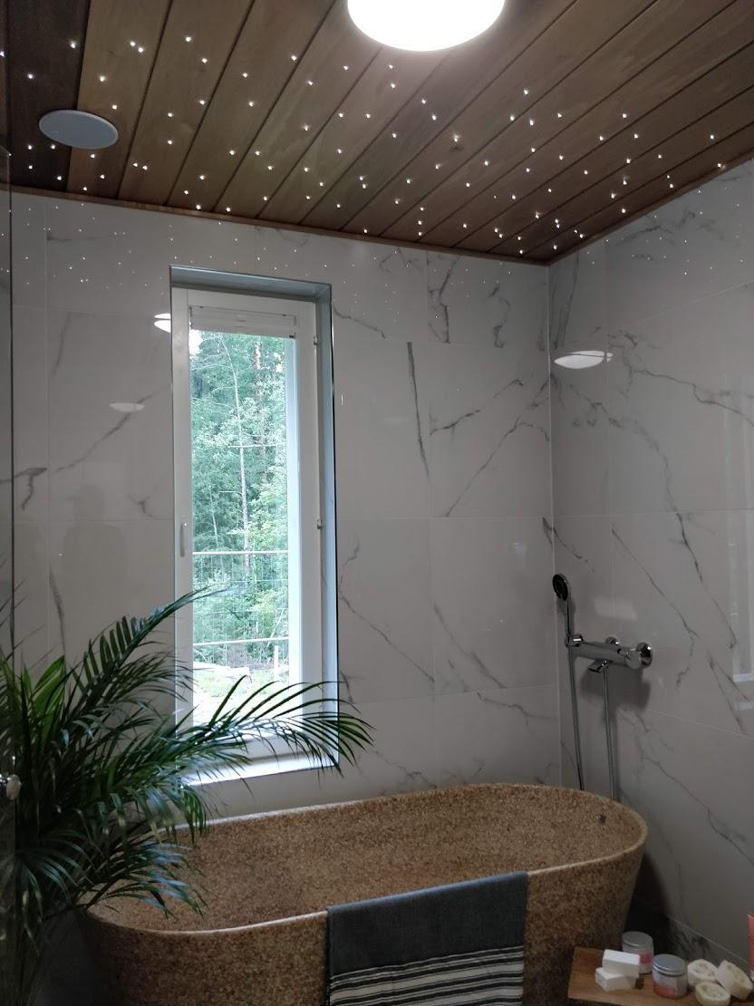 Kohteen 22 kylpyhuoneessa Woodion puukomposiittiallas.